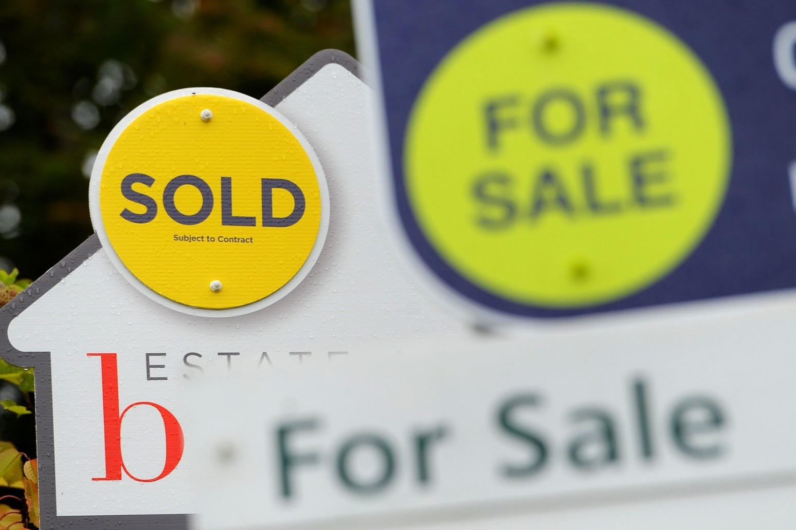 Average UK house price falls by £4,000 month-on-month