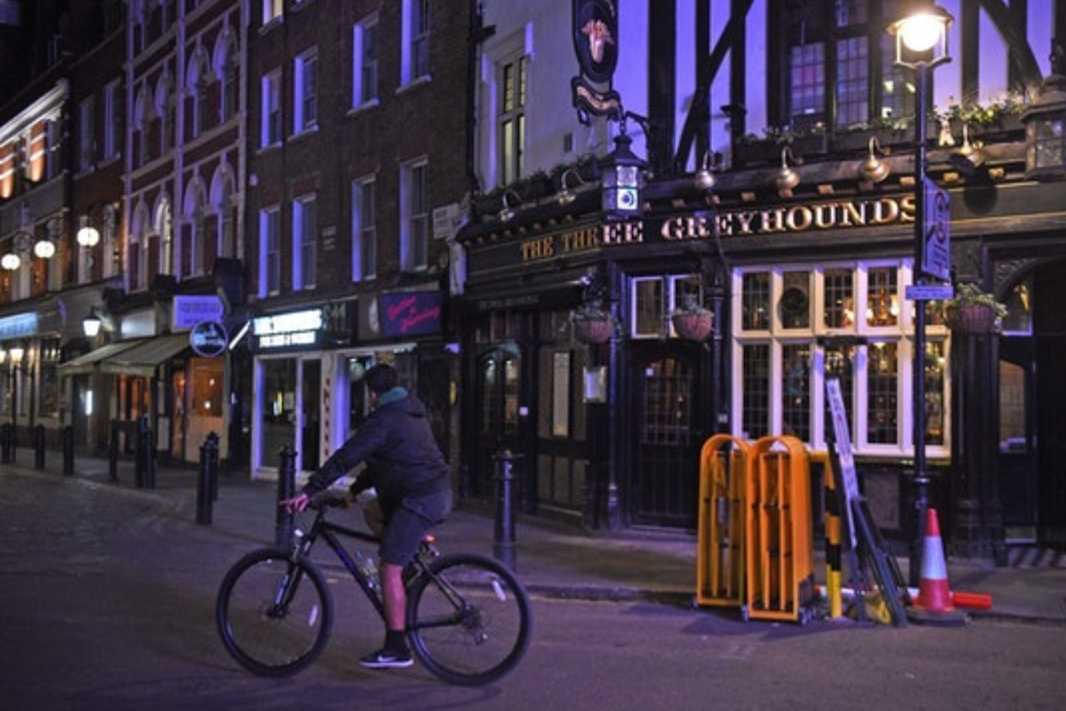 Drinkers in England face first night of 10pm curfew