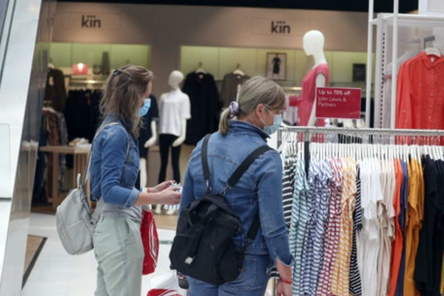 UK inflation slows on back of cheaper clothing and food thumbnail