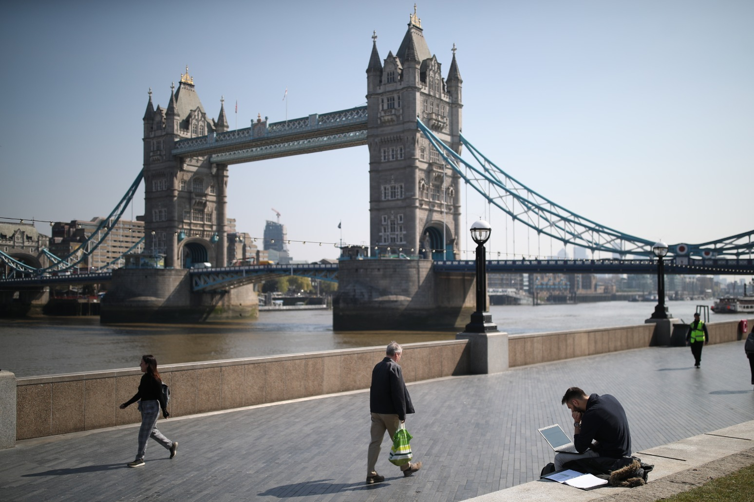 Schoolboy missing after falling from Tower Bridge into River Thames thumbnail