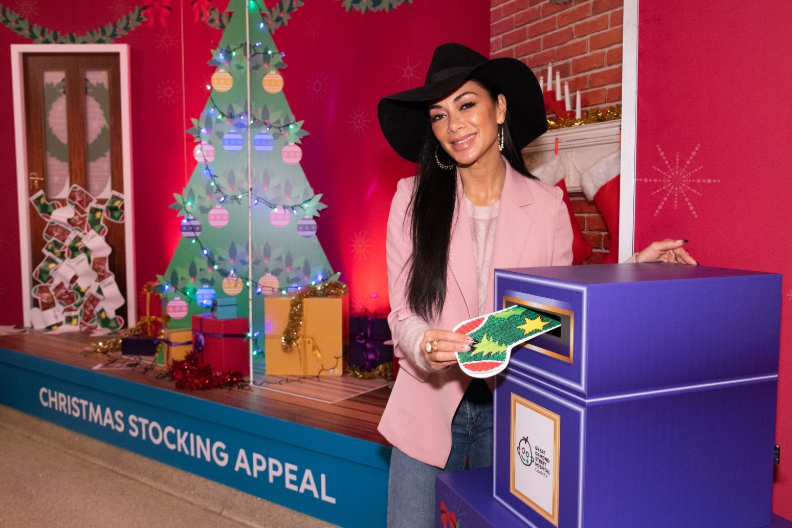 NICOLE SCHERZINGER MAKES CHRISTMAS VISIT TO GREAT ORMOND STREET HOSPITAL