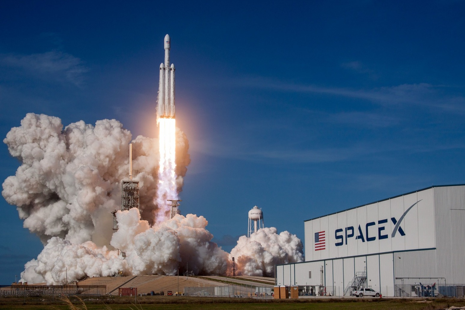 SpaceX\'s Falcon Heavy rocket soars in debut test launch from Florida