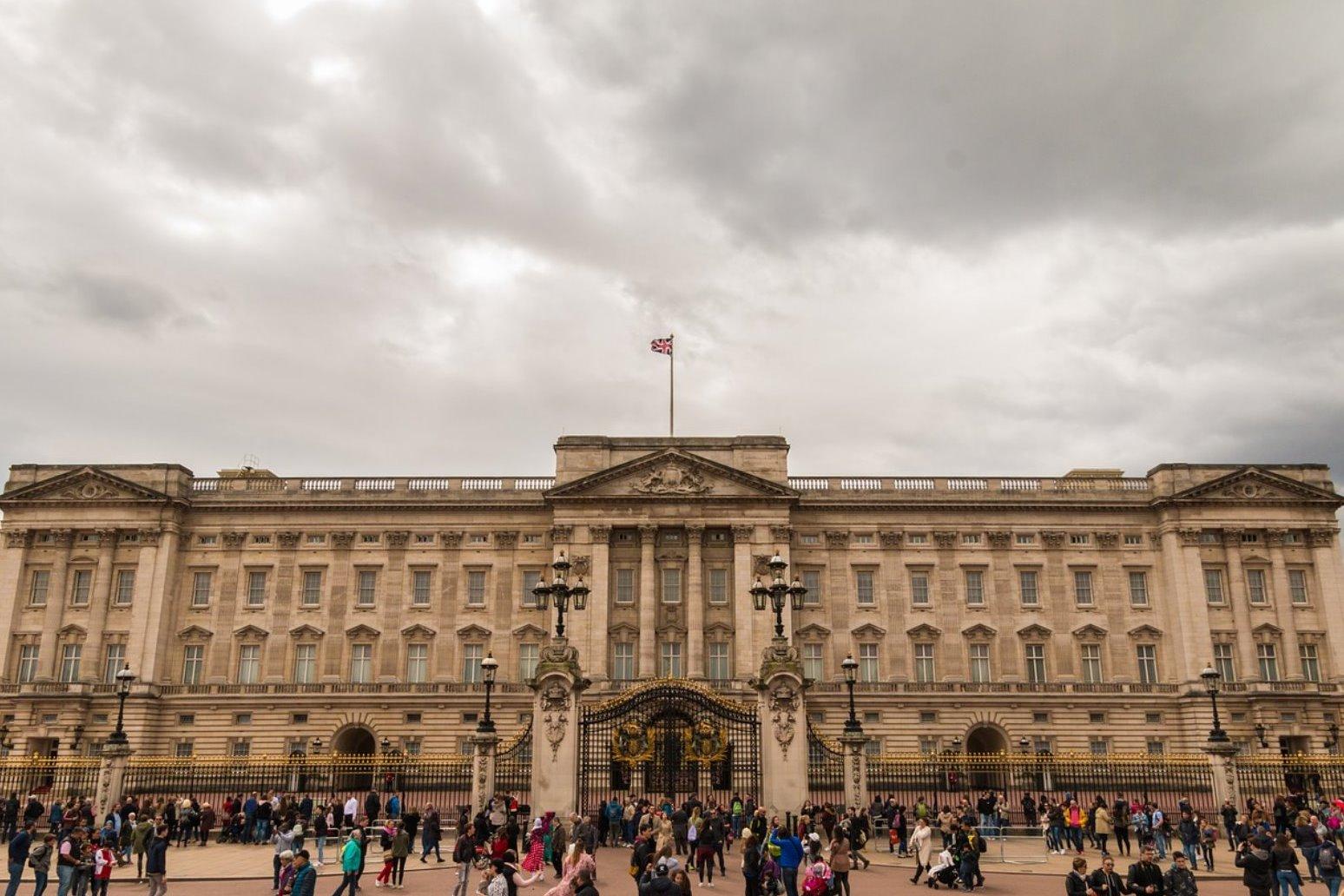 Queen praises terror attack cities in Christmas message