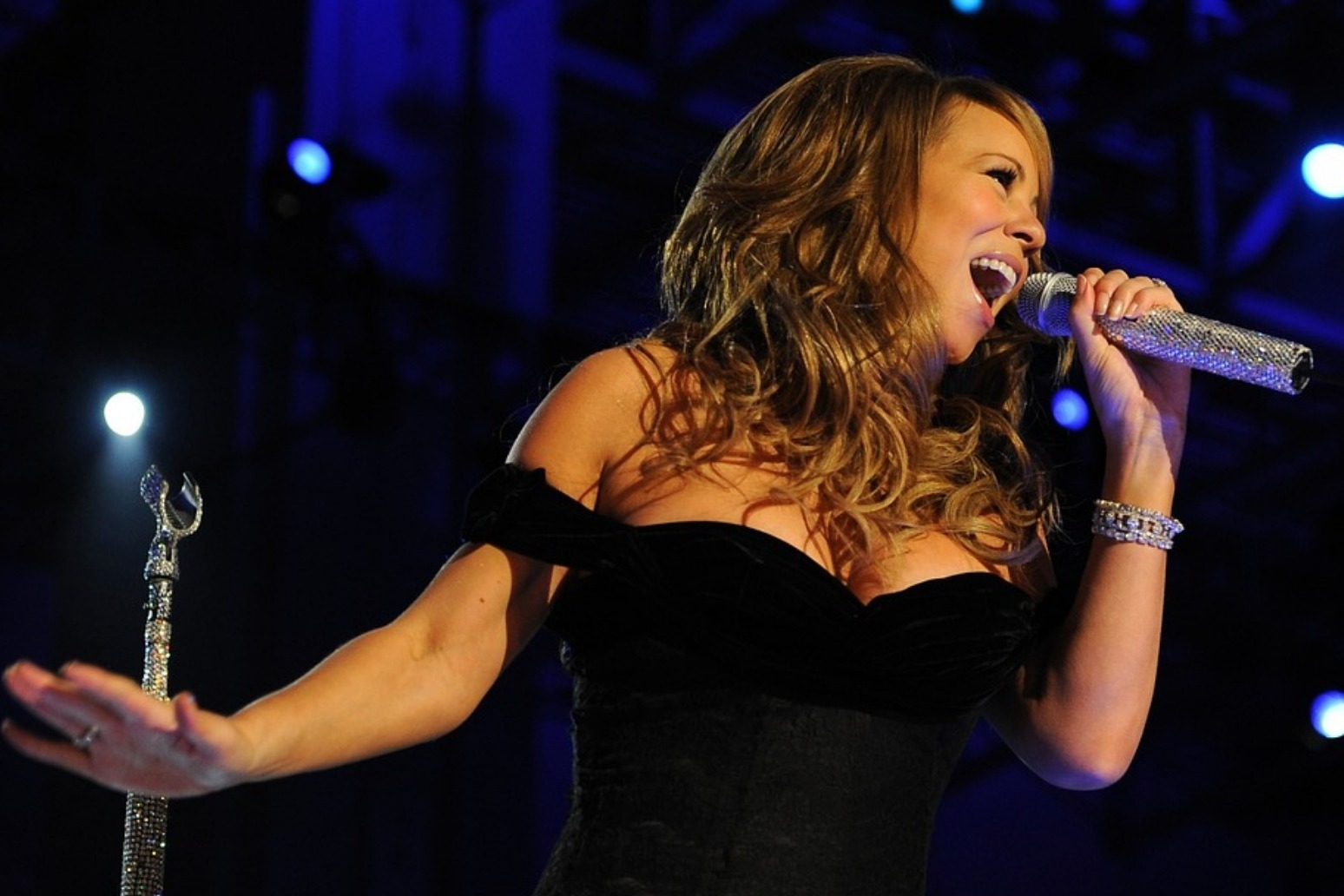 Mariah Carey reveals that she\'s suffering from bipolar disorder