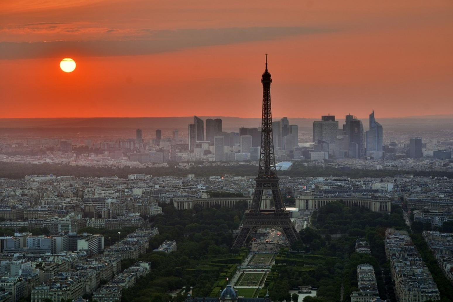 Explosion rocks Paris centre
